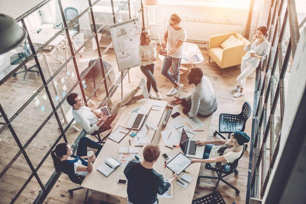 Empleados reunidos en empresa de diseño web